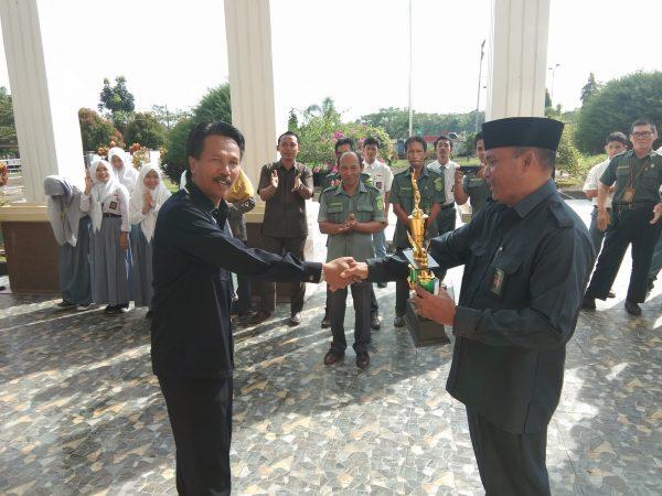 Manager Tim Tenis Serahkan Trophy KPTA Pontianak Cup ke Ketua PA Sambas